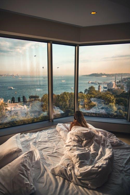 žena v posteli výhled