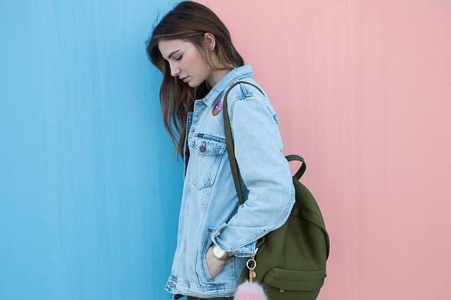 slečna s batohem