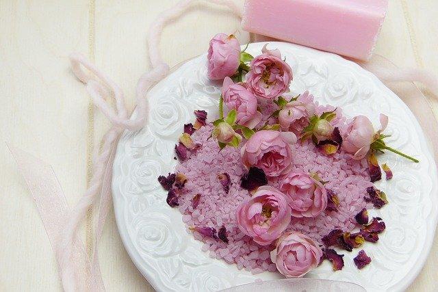 květinky na talíři
