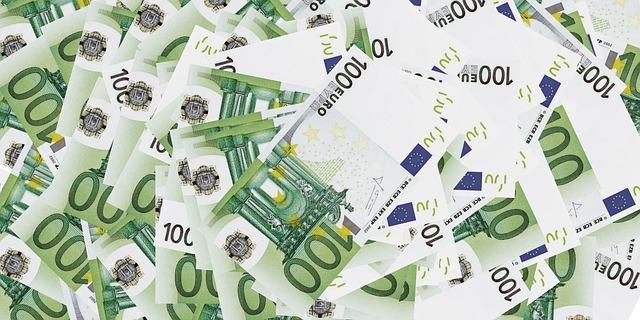 hromada euro bankovek.jpg